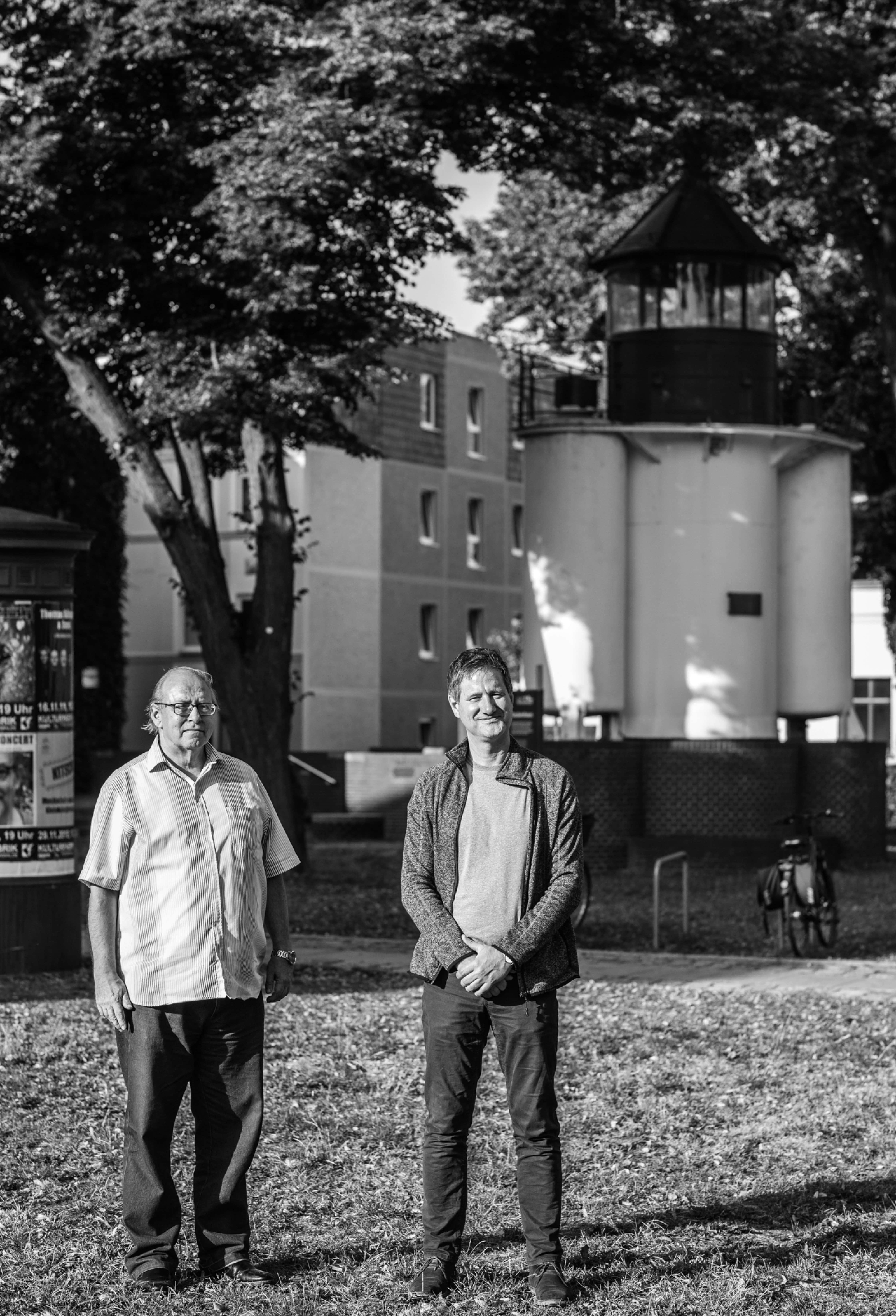 Florian Wilke (links) und Guido Strohfeldt auf dem Museumshof vor dem Leuchtturm in Fürstenwalde