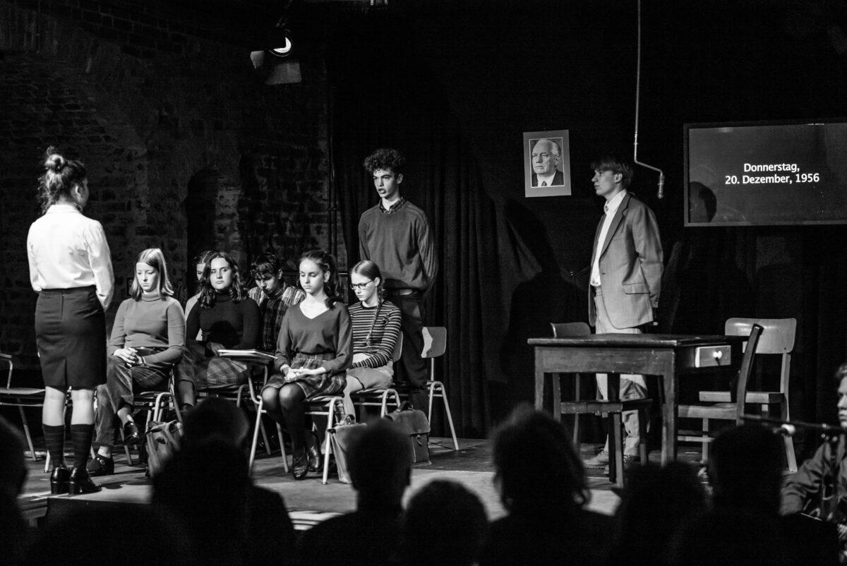 """Schüler der Emil Molt Schule in Berlin spielen das """"schweigende Klassenzimmer"""""""