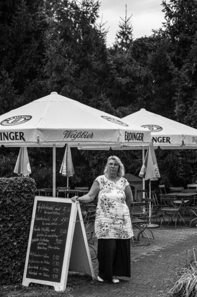 Silke Thurian betreibt ihre Kneipe direkt am Oderdeich.
