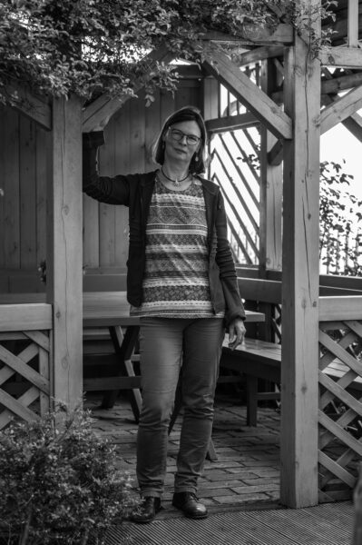 Sabine Reichardt vor dem Strohhaus Neuzelle