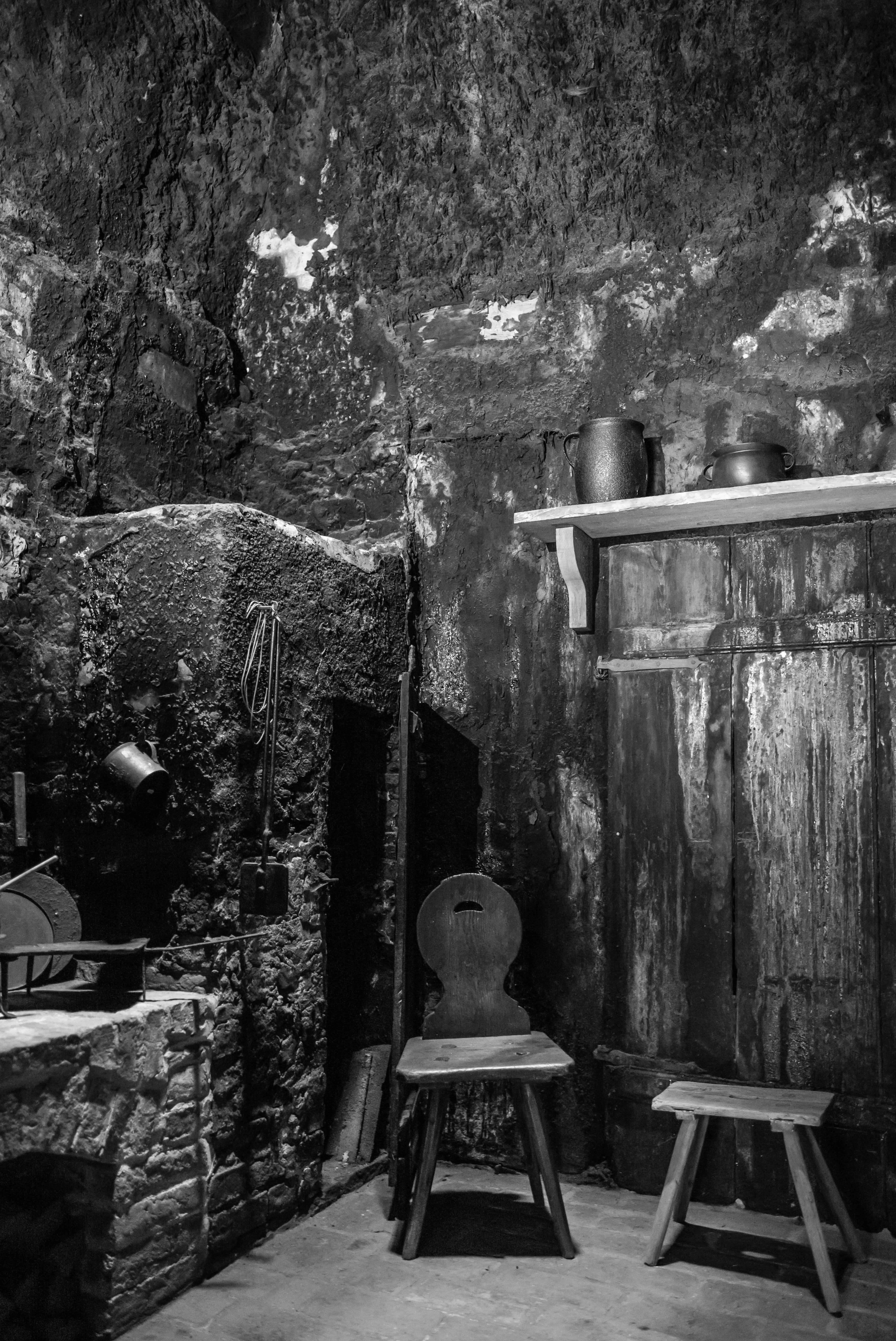 Die Mitte des Hauses bildet die Schwarze Küche, die nach oben in einer Schornsteinöffnung endet.