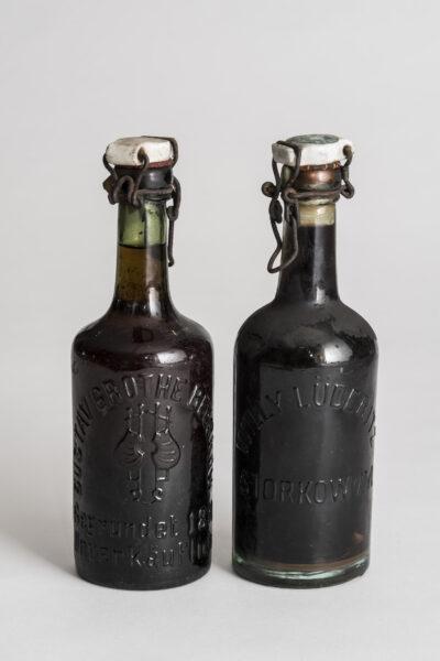 Zwei Bügelbierflaschen mit Porzellanverschluss