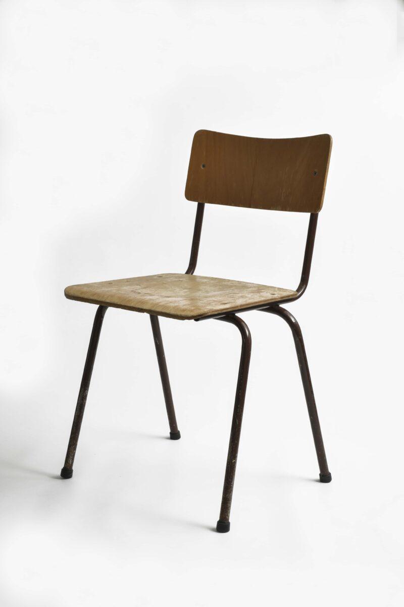 Stapelbare Stühle aus dem Schulbetrieb der DDR