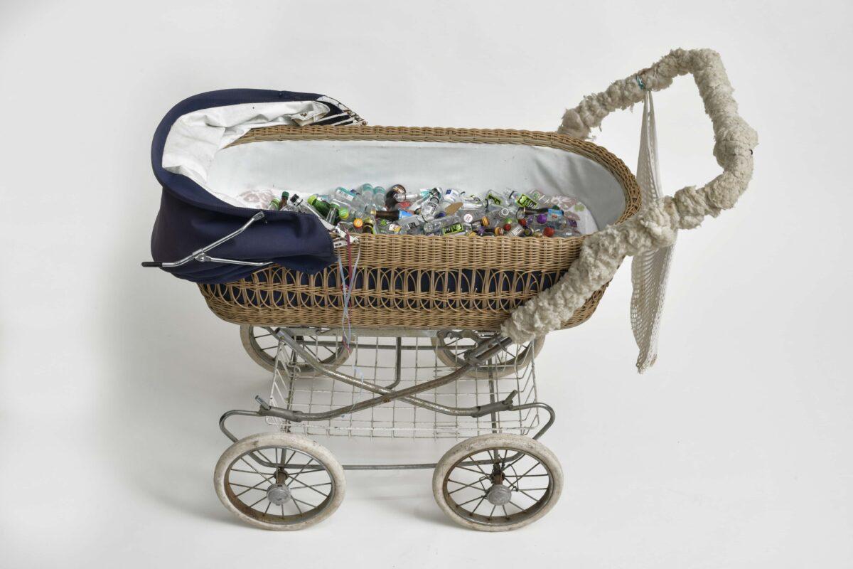Kinderwagen zum Zampern, gefüllt mit Schnapsflaschen