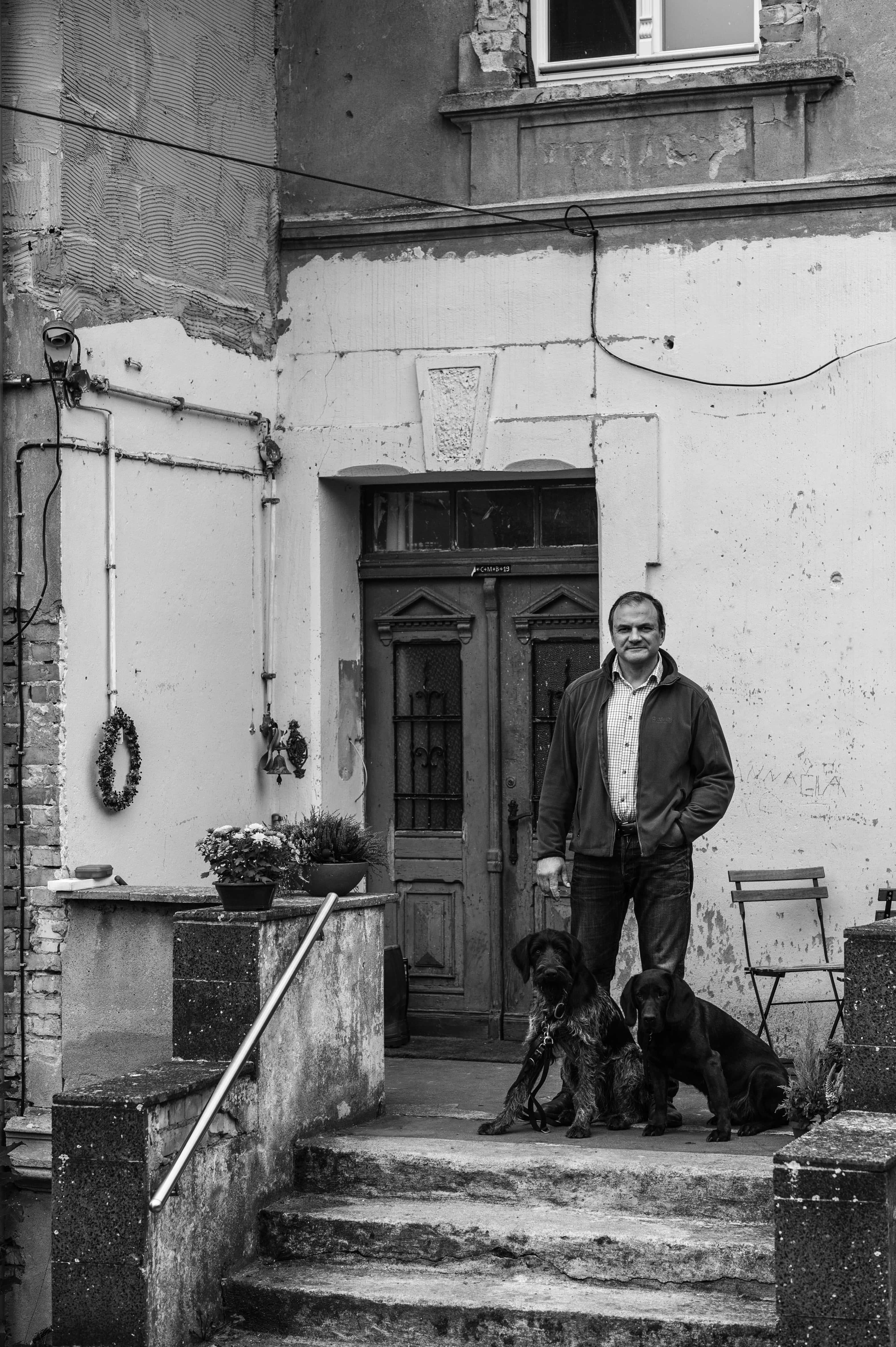 Jäger Reno Hölzke vor seinem Haus in Kaisermühl
