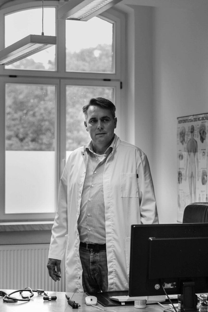 Dr. Karl-Jürn von Stünzner-Karbe in seiner Praxis