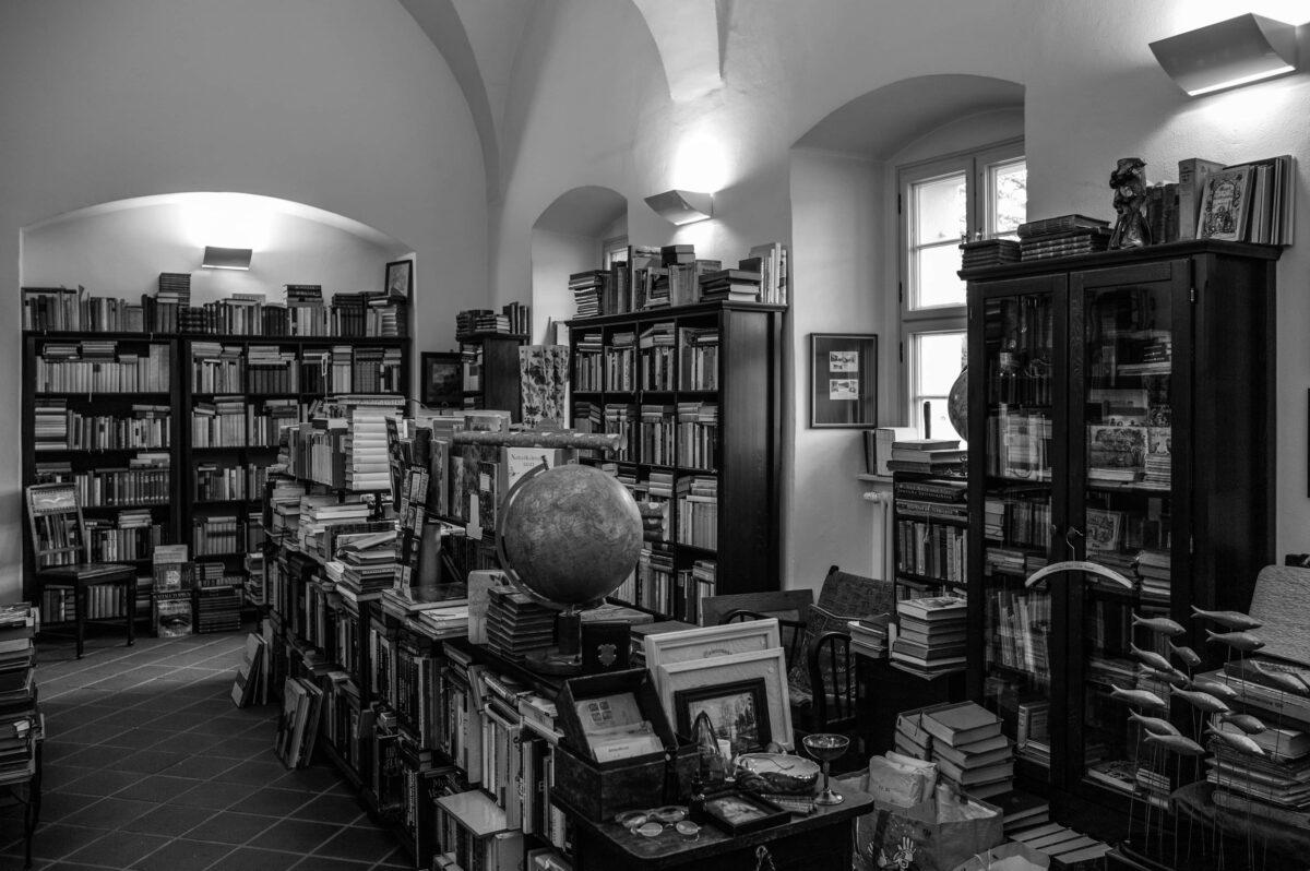 Im Neuzeller Antiquariat ist das Platz nehmen und Lesen ausdrücklich erwünscht.