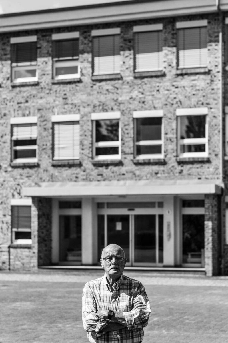Karl Döring vor einem Bürogebäude auf dem EKO-Werksgelände