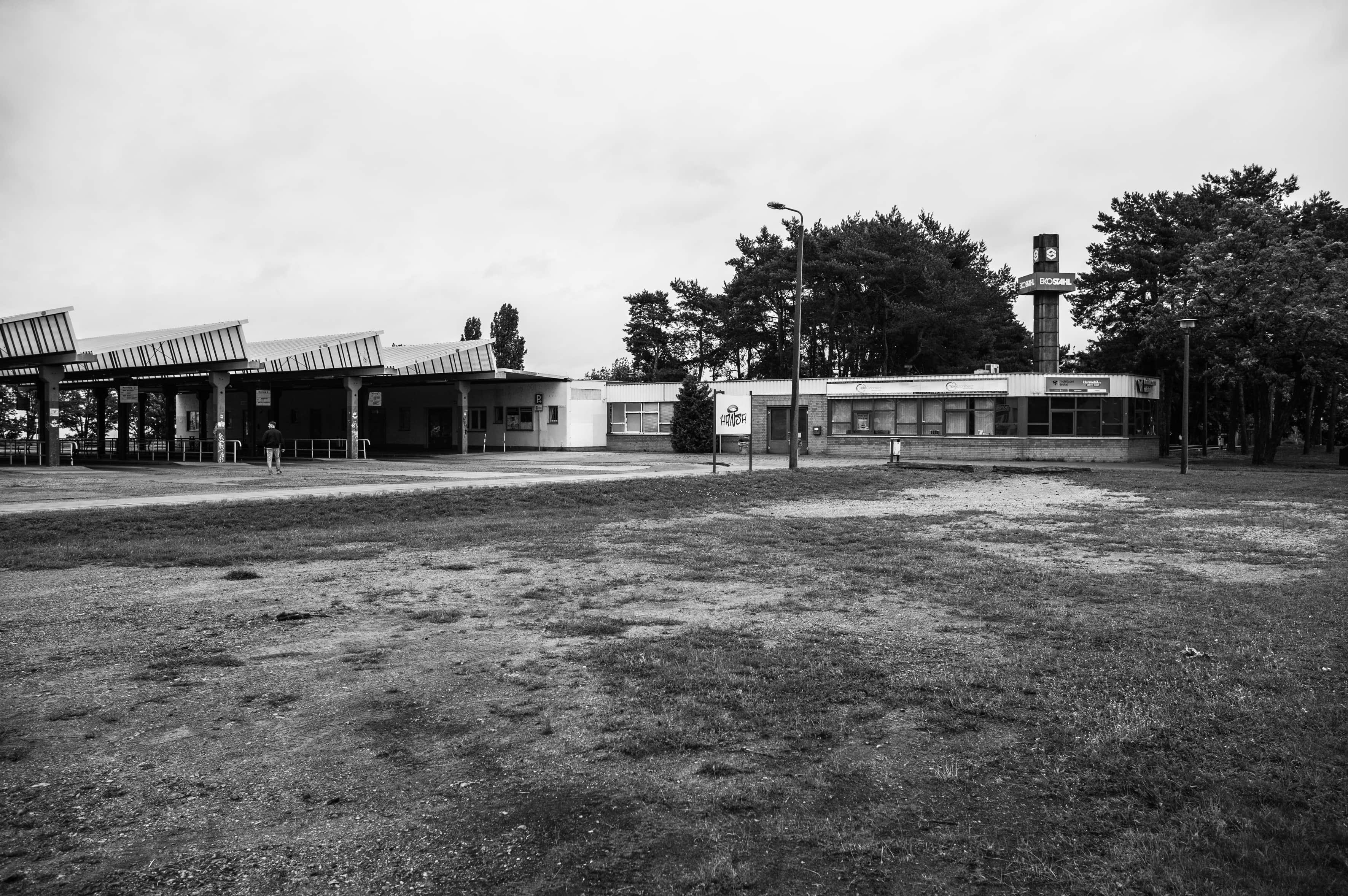 Blick auf den weiträumigen Busbahnhof am EKO und eine Stele zum Stahlwerk (r.)