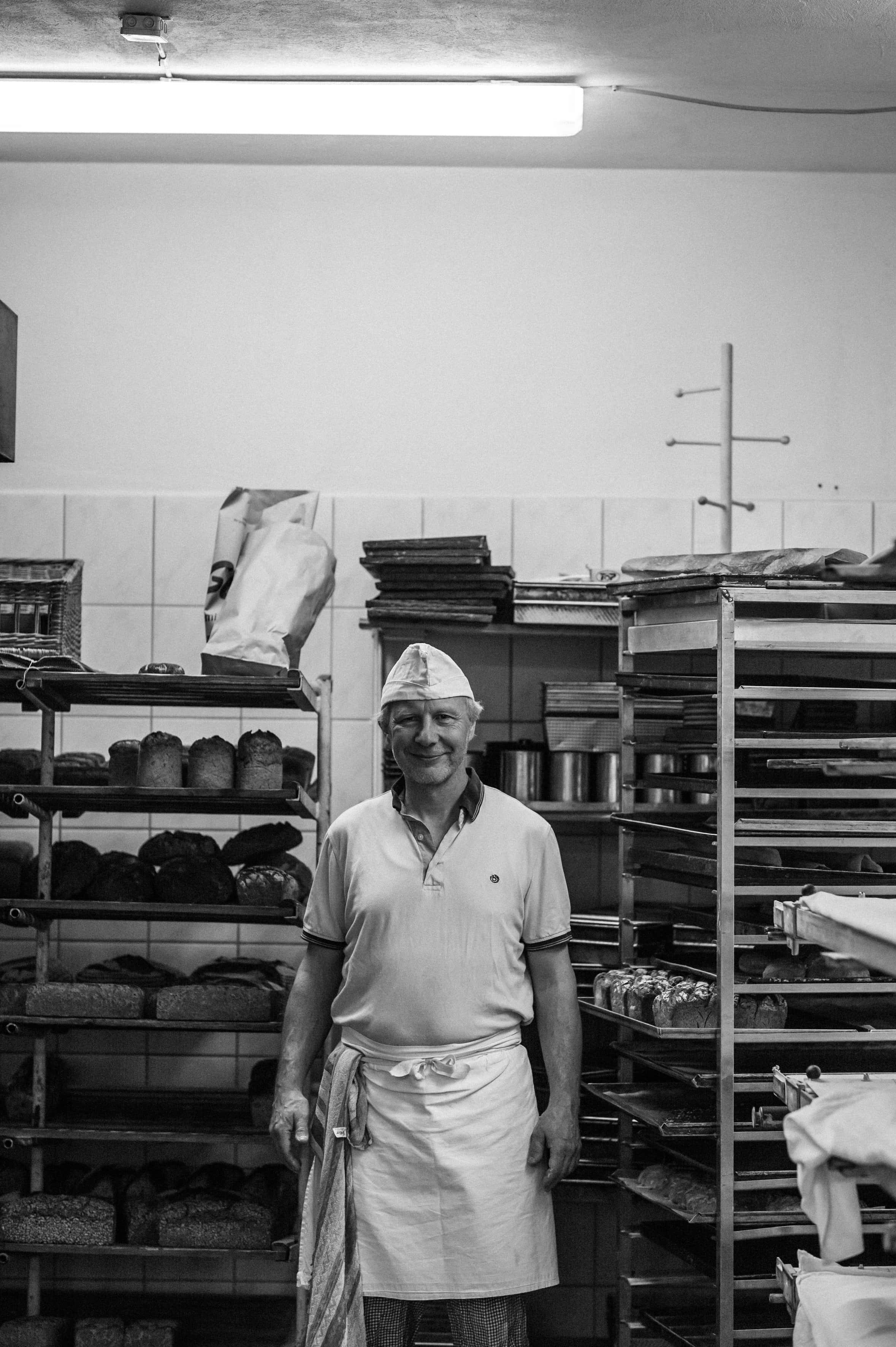 Helmut Kolzer kümmert sich auf dem Hof Marienhöhe nicht nur um die Buchhaltung – er hilft auch in der Backstube.