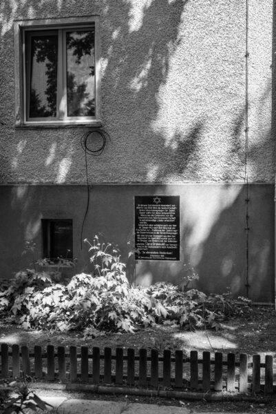Eine Gedenktafel von 1988 erinnert an die Vergangenheit des Gutes als Hachschara- und später Zwangsarbeiter- und Sammellager.