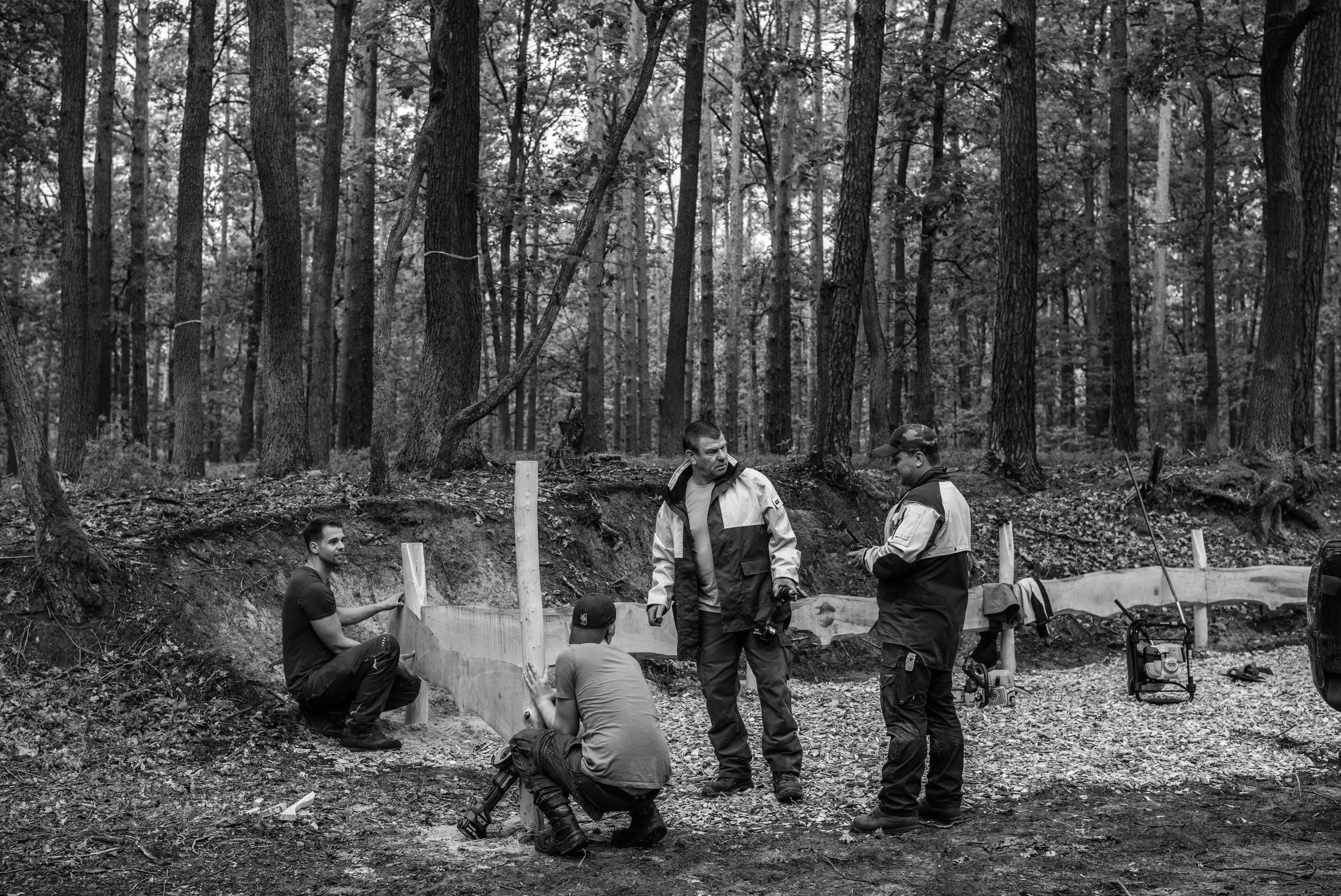 Förster und Waldarbeiter bauen im Neuzeller Forst an der Andachtsstelle im Friedwald
