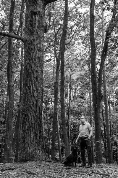 Diplom-Forstwirt Boris Schnittker mit seinem Hund im Neuzeller Forst