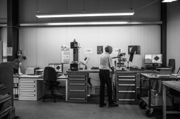 Der ausgebildete Maschinenbauingenieur Matthias Fleischhauer bei der Härteprüfung