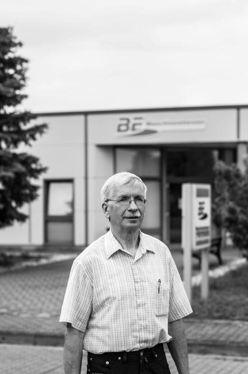 Matthias Fleischhauer vor seinem jetzigen Arbeitgeber, der BE Maschinenmesser GmbH & Co. KG in Spreenhagen