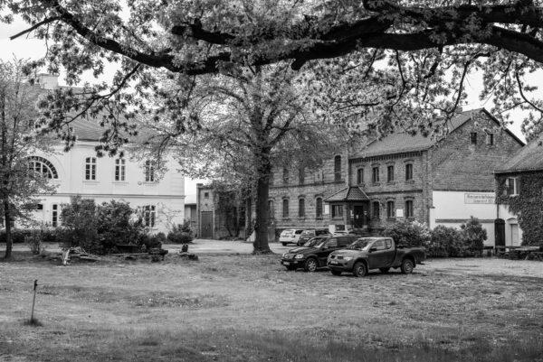 Blick auf das Sieversdorfer Gutshaus mit der ehemaligen Brennerei
