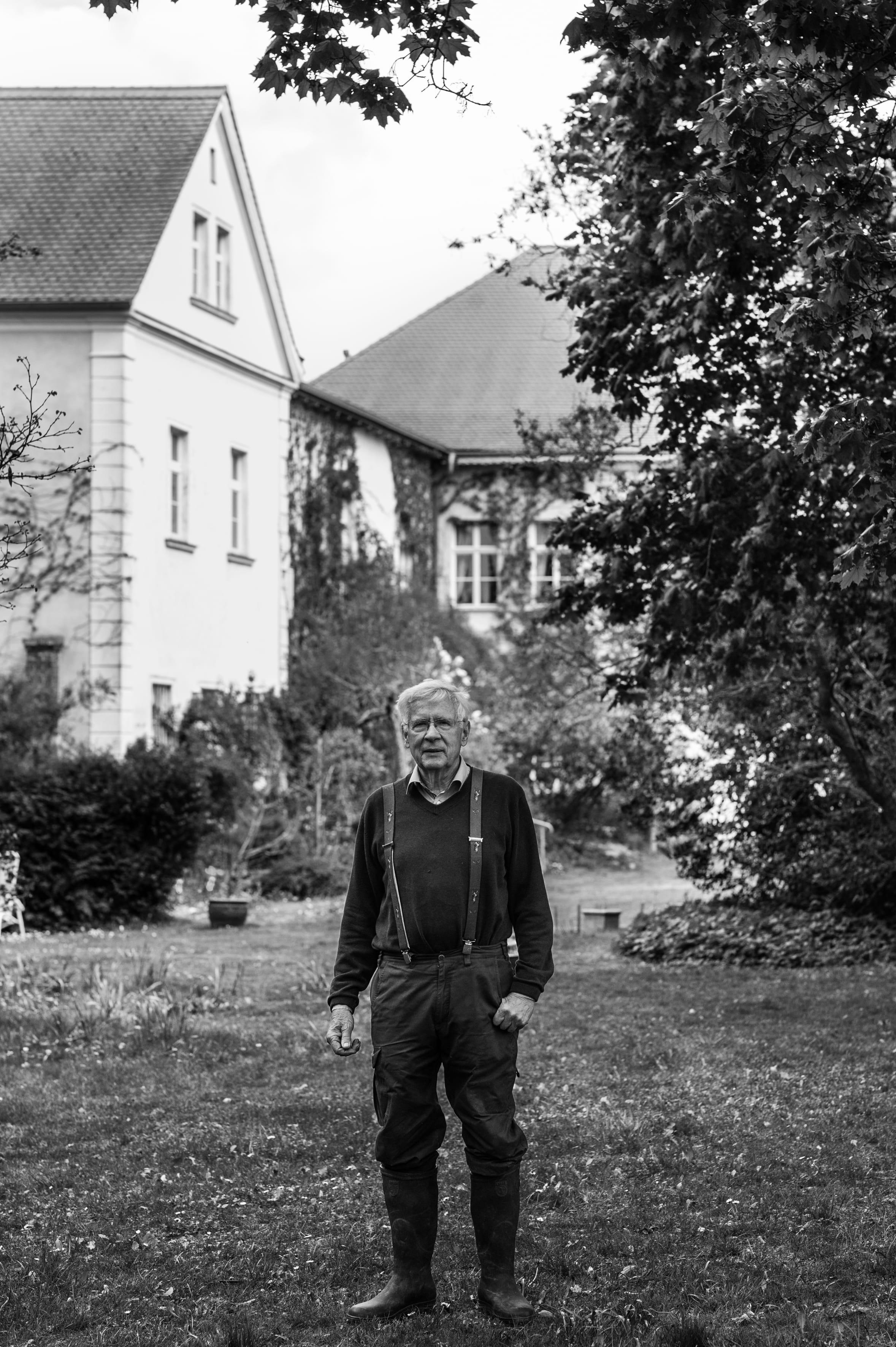 Karl-Christoph von Stünzner-Karbe vor dem Sieversdorfer Gutshaus