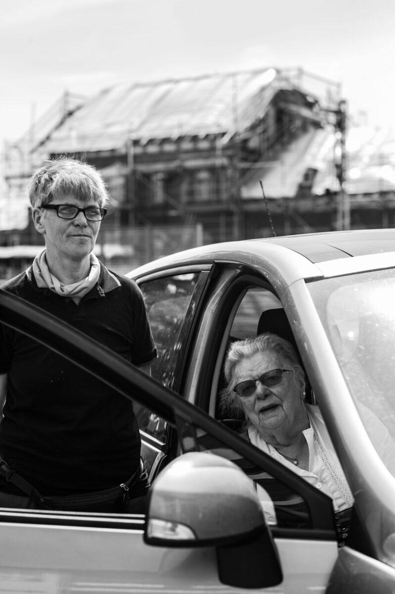 Sylvia Falke-Schulz (l.) chauffiert Gertraude Wagner mit ihrem Auto