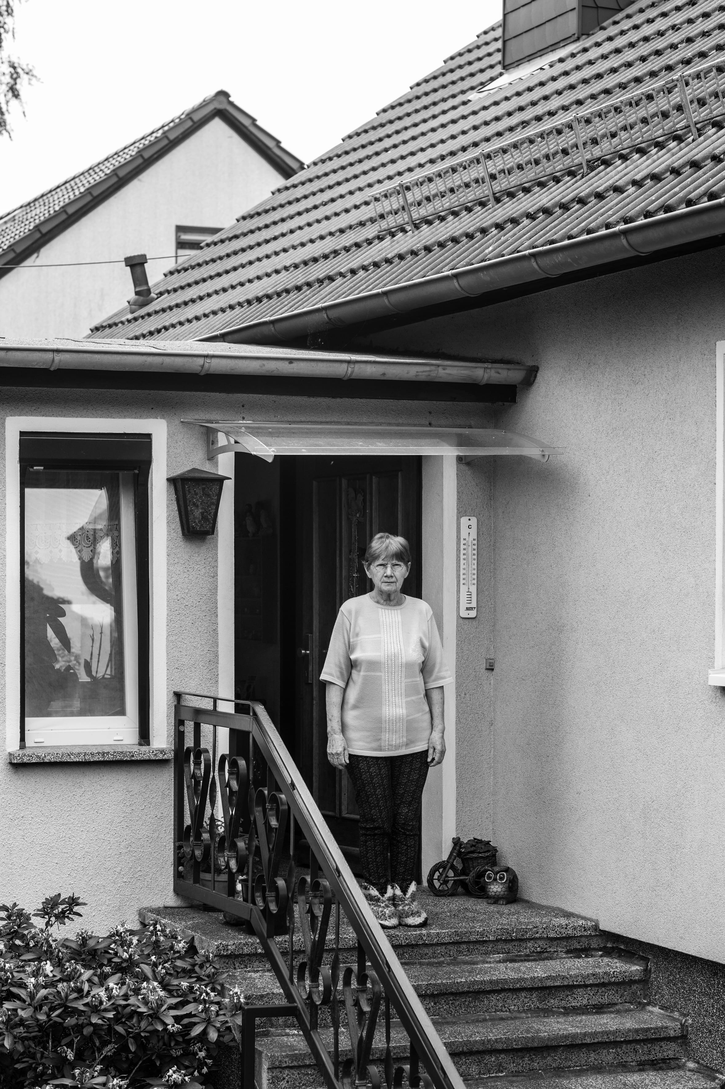Anna Hörning vor ihrem Haus in Beeskow