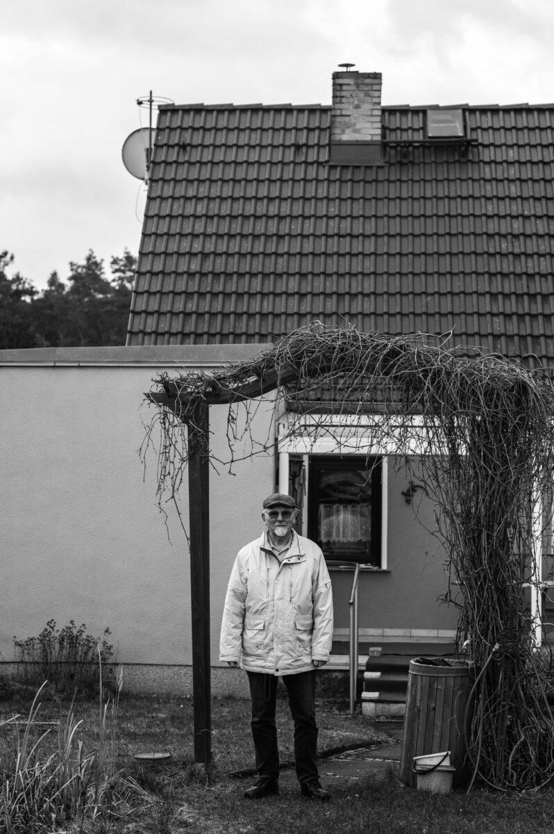 Naturschützer Gerhard Ziebarthvor seinem Haus