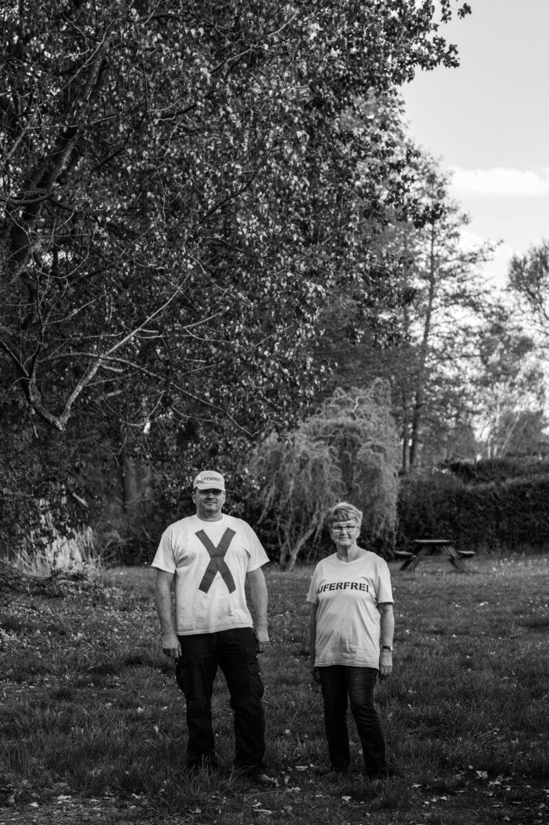 Ray und Editha Höpfner stehen auf einer Wiese
