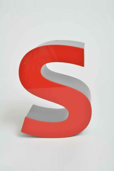 Leuchtbuchstabe »S« aus dem Schriftzug der Sparkasse